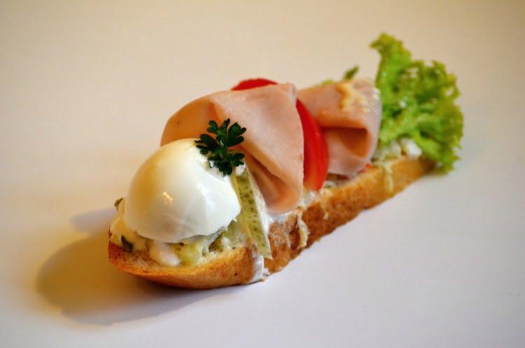 Obložené chlebíčky se šunkou a vejcem